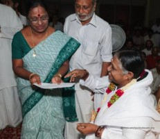 2013Aug11- Amma handing over the Utharakhand Flood Relief Fund from AVs to CBSE schools Mgt Assn Secy, Dr. Indira Rajan 480